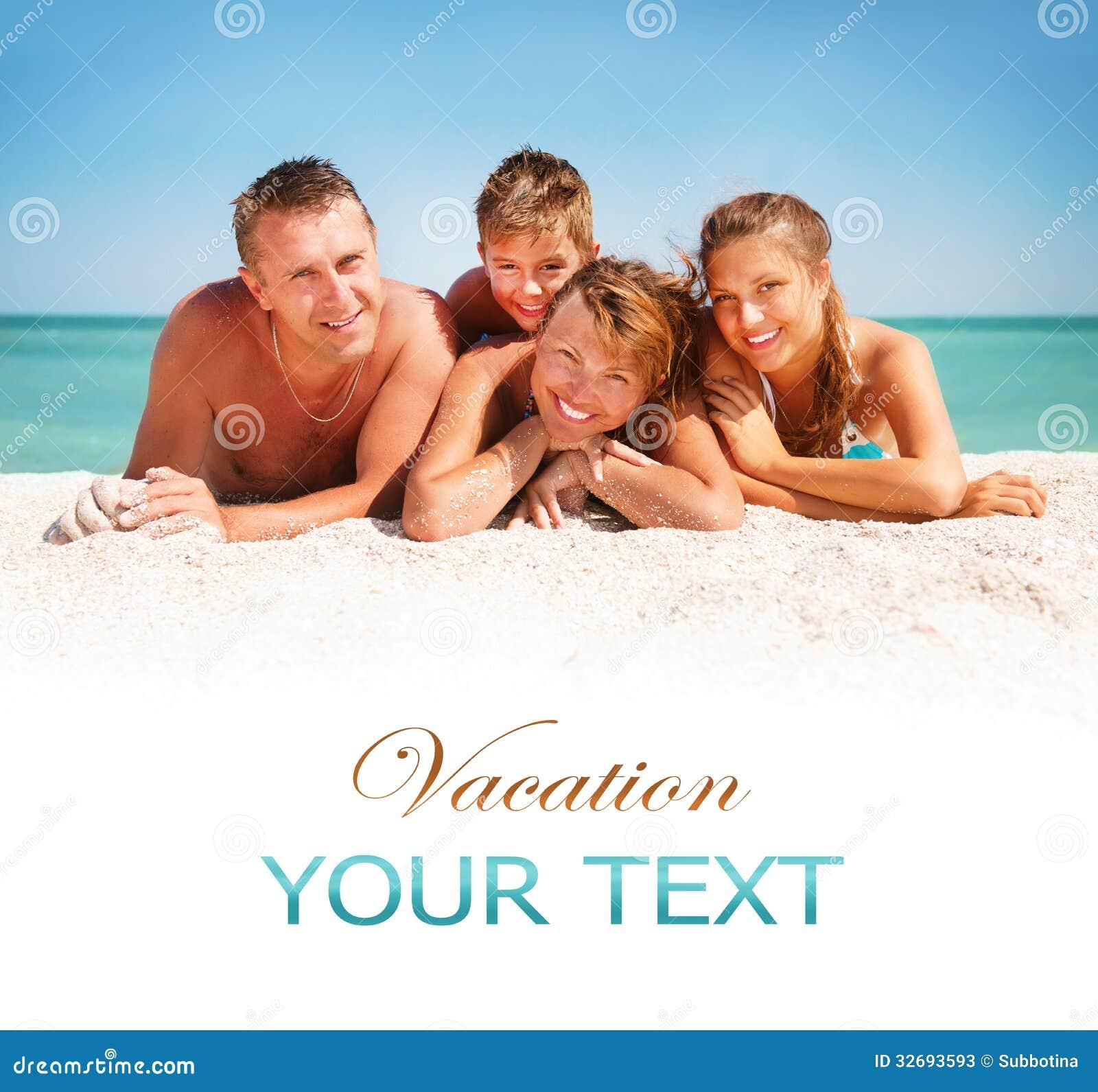 家庭获得乐趣在海滩