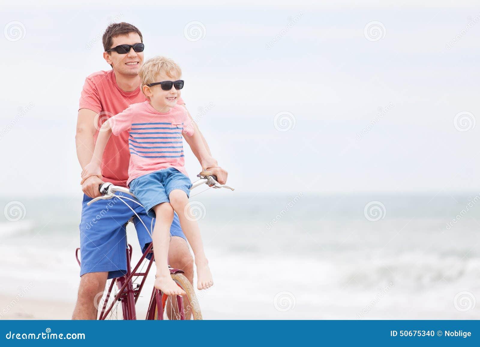 Download 家庭骑自行车 库存照片. 图片 包括有 蓝色, 室外, 乘驾, 孩子, 父亲, 爸爸, 男朋友, 健康, 自行车骑士 - 50675340