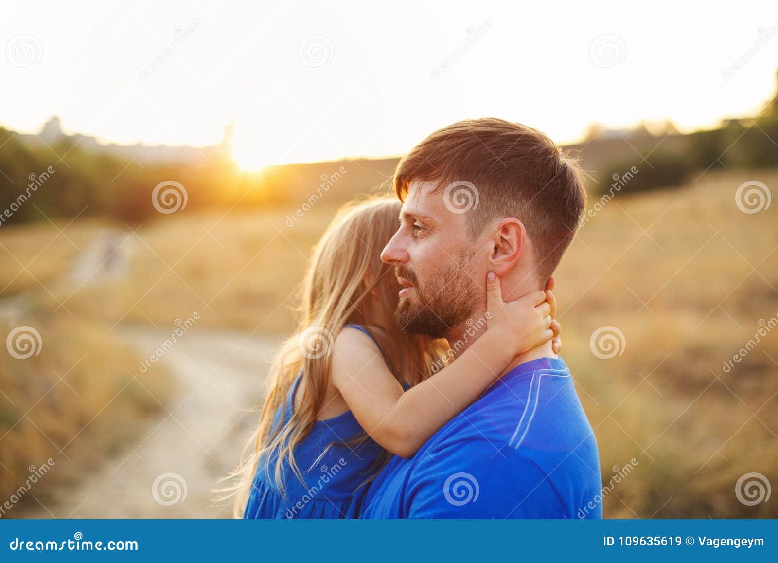 家庭 女儿父亲拥抱