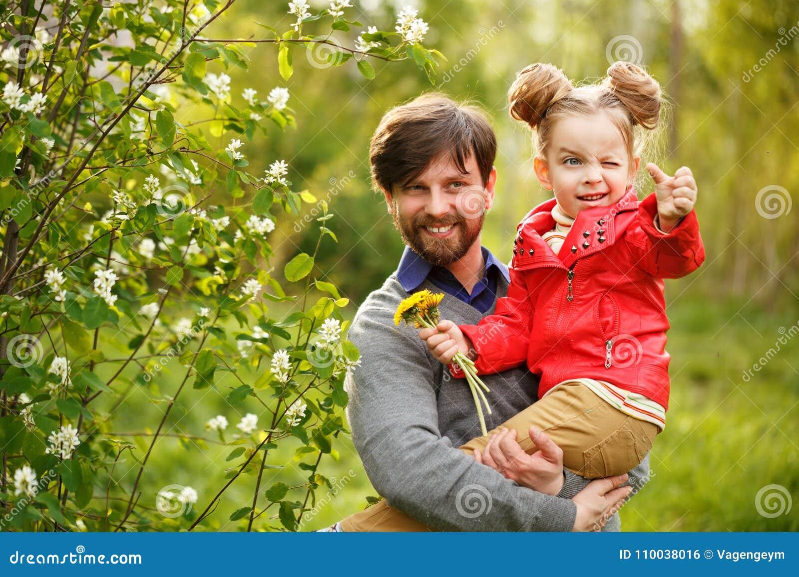 家庭 父亲和女儿