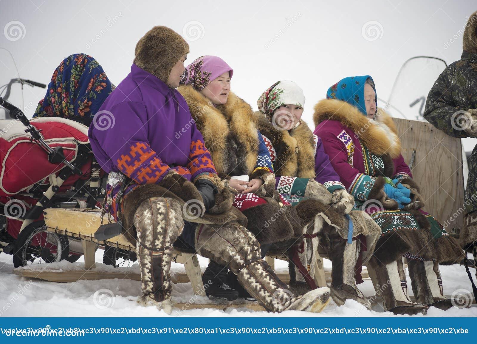 Download 家庭Khanty坐雪撬 编辑类库存图片. 图片 包括有 模式, 衣物, 手表, 全部赌注, 跳接器, 服装 - 50682499