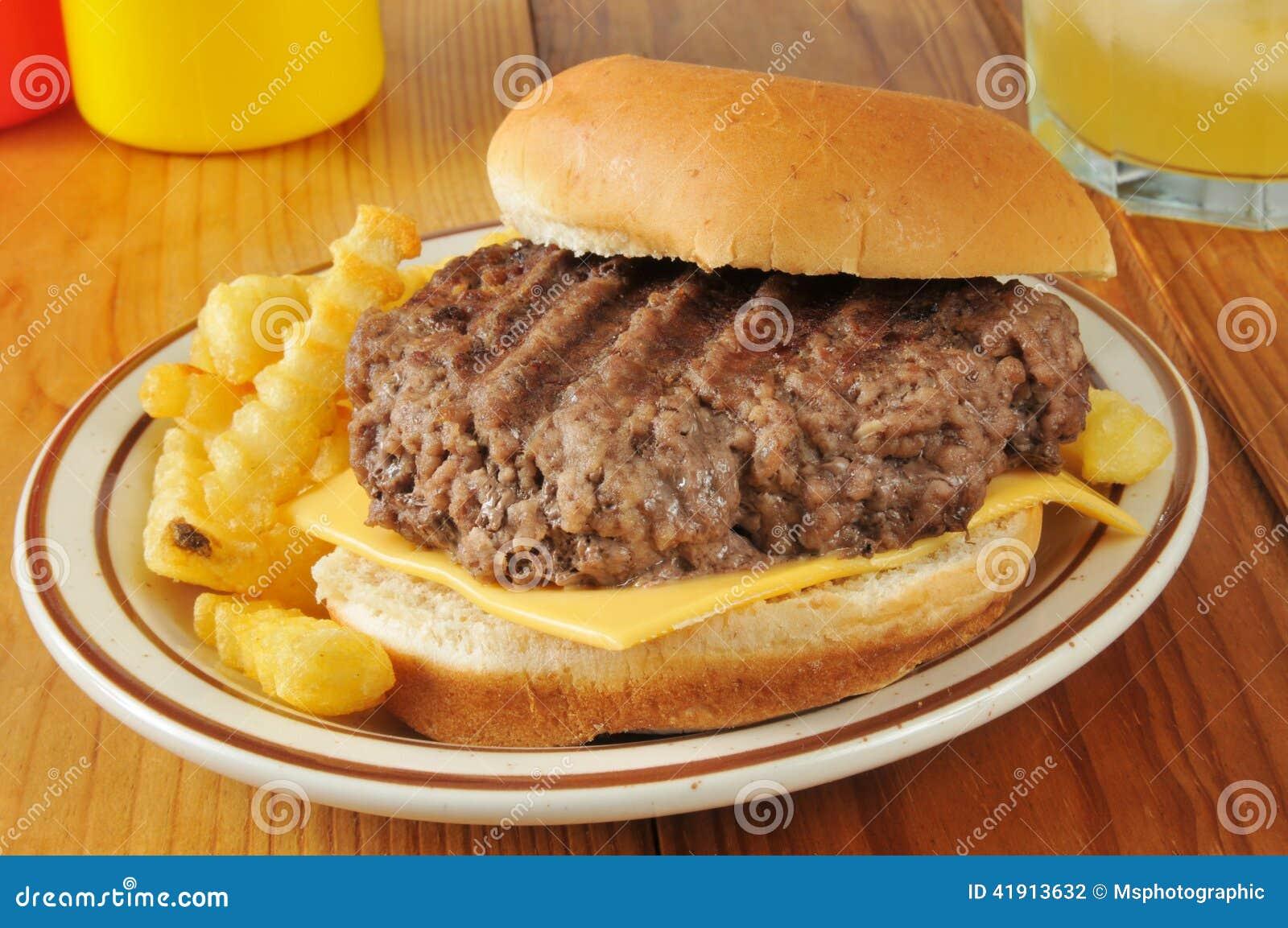 家煮熟的乳酪汉堡