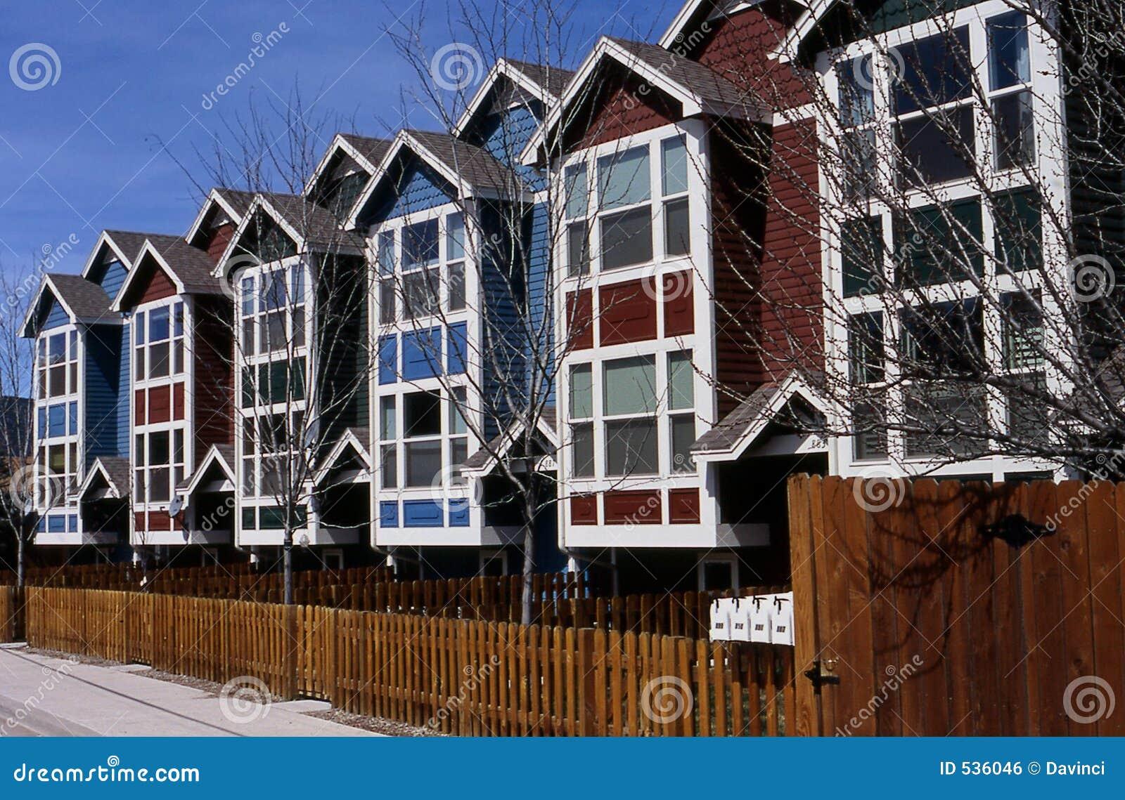Download 家行 库存照片. 图片 包括有 红色, 租务, 住房, 屋顶, 模式, 视窗, 蓝色, 连栋房屋 - 536046