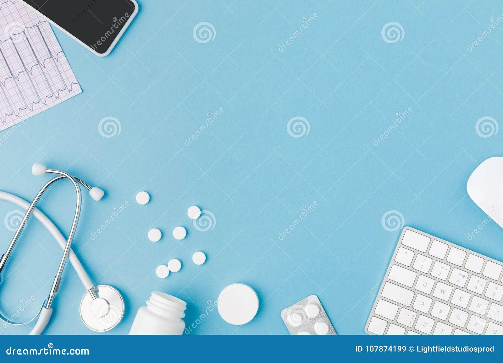容器、疏散药片、听诊器、心电图、键盘和智能手机