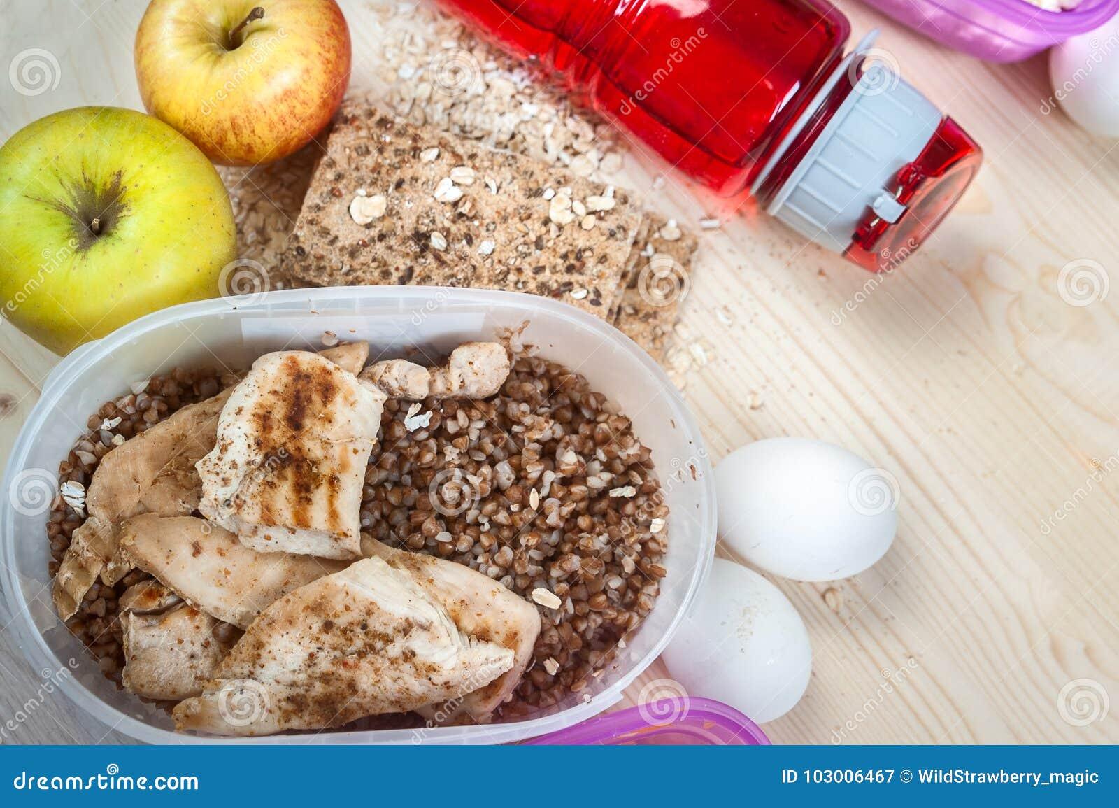 容器用荞麦和鸡,苹果,面包,鸡蛋 炫耀营养