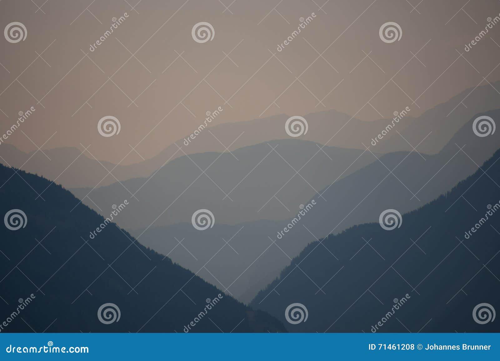 宽看法到在日落期间的一个谷里在阿尔卑斯
