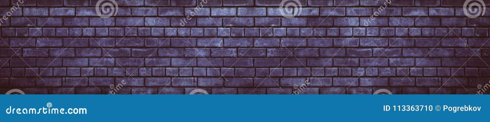 宽黑暗的紫罗兰色砖墙阴沉的难看的东西背景