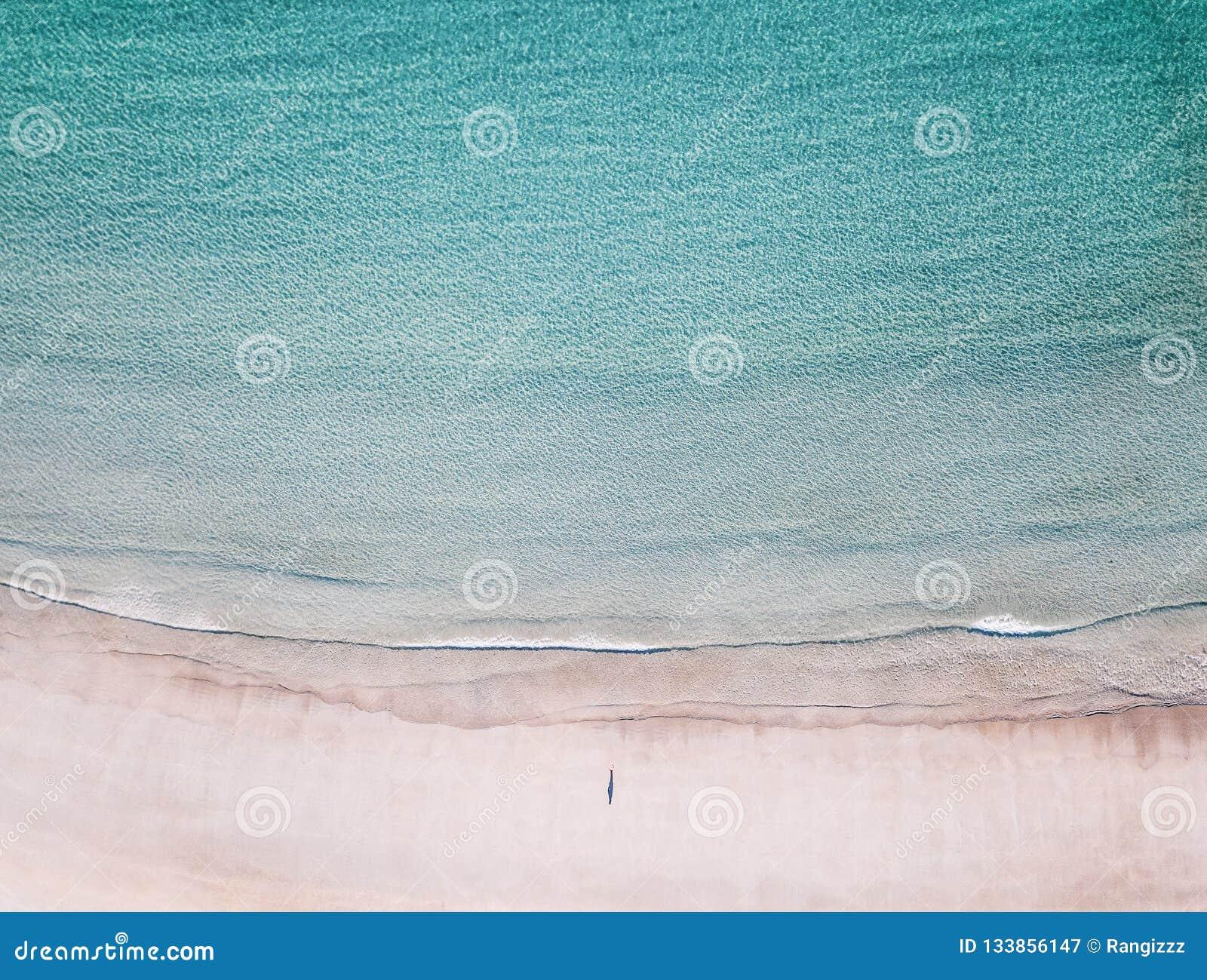 寂寞鸟瞰图海滩的