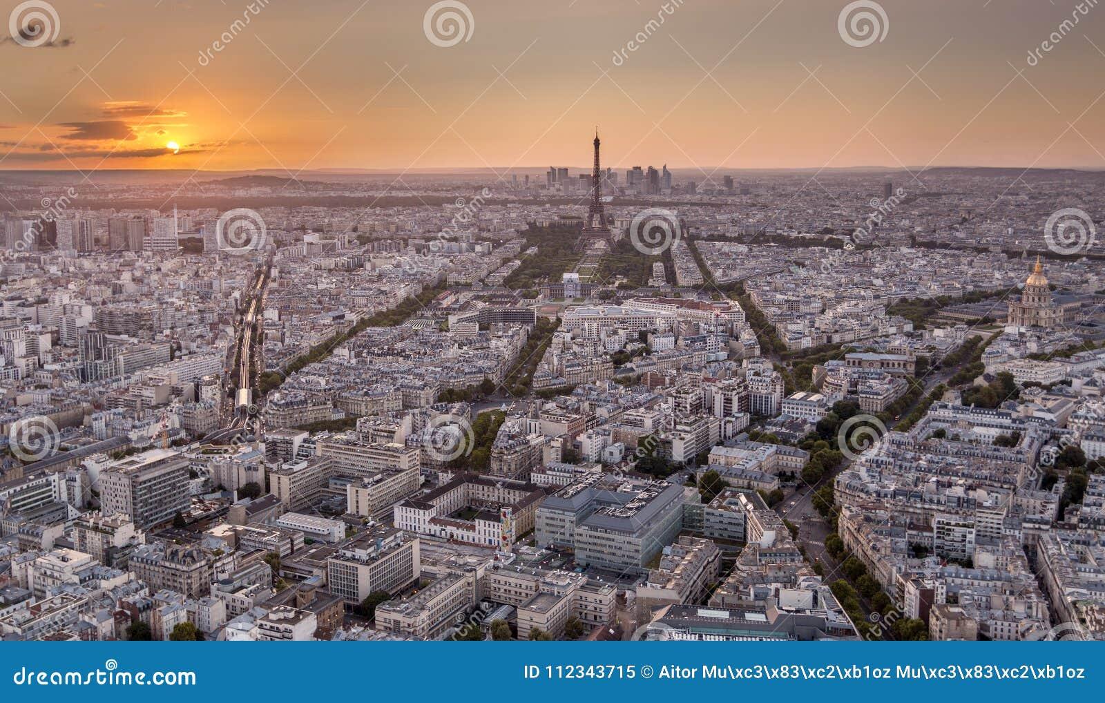 寄生虫被射击巴黎在金黄日落