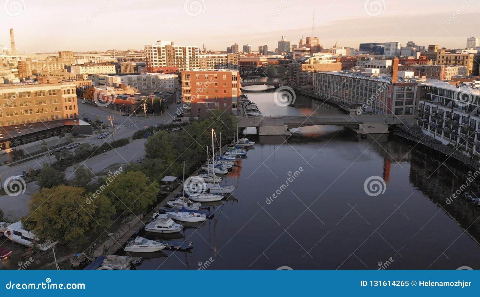 密尔沃基河在街市,密尔沃基,威斯康辛,美国港口区  不动产,公寓房在街市 鸟瞰图