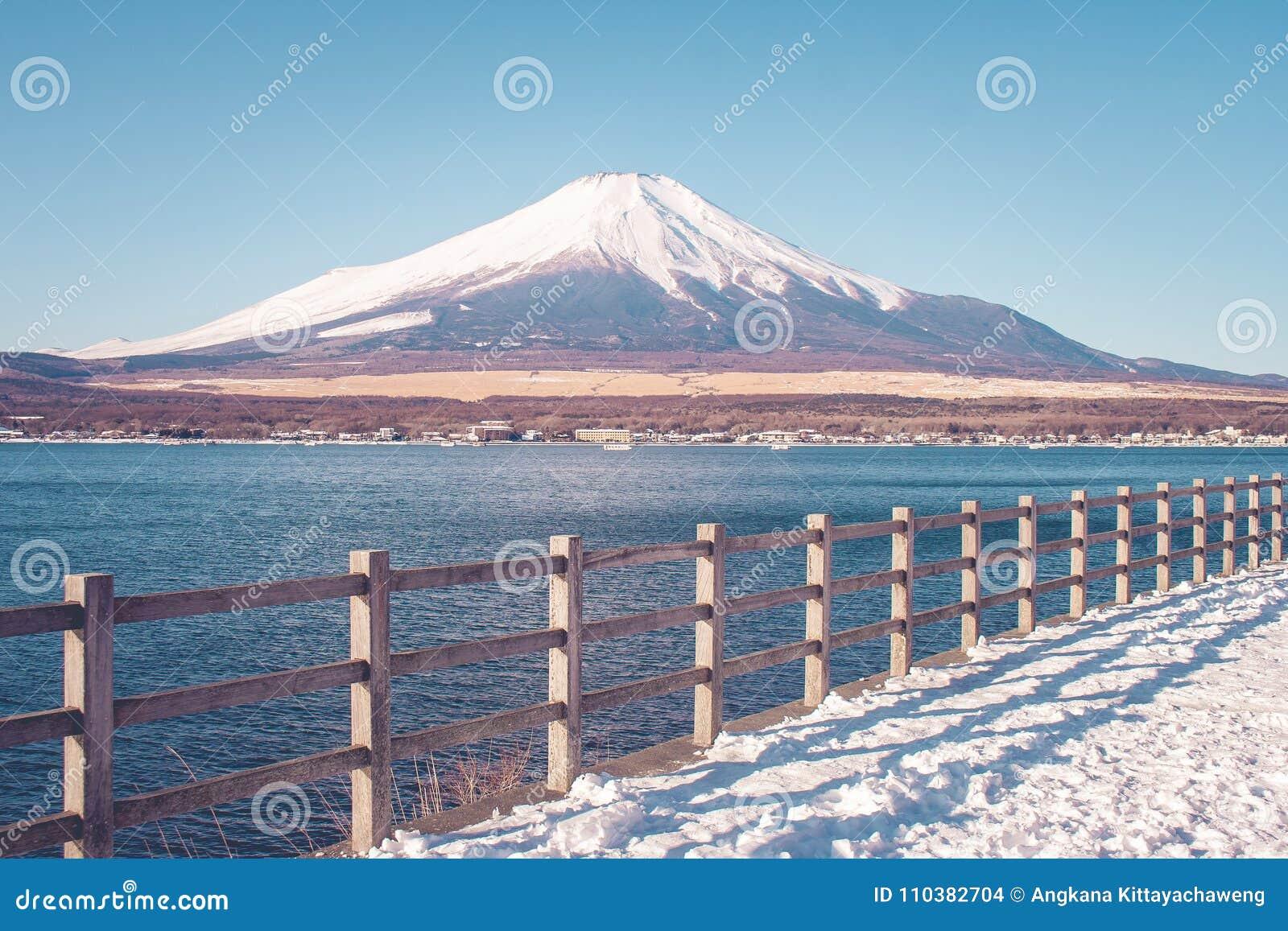 富士山或Mt美好的风景视图  富士用白色雪盖了在季节性的冬天在Yamanakako湖