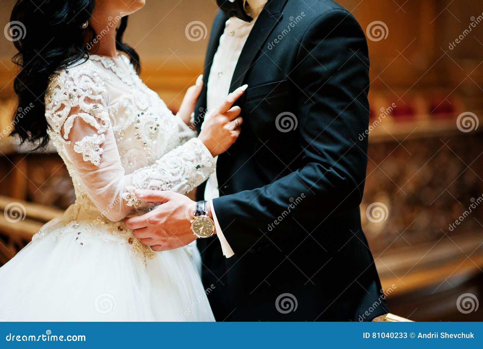 富有的木王宫的壮观的婚姻的对新婚佳偶