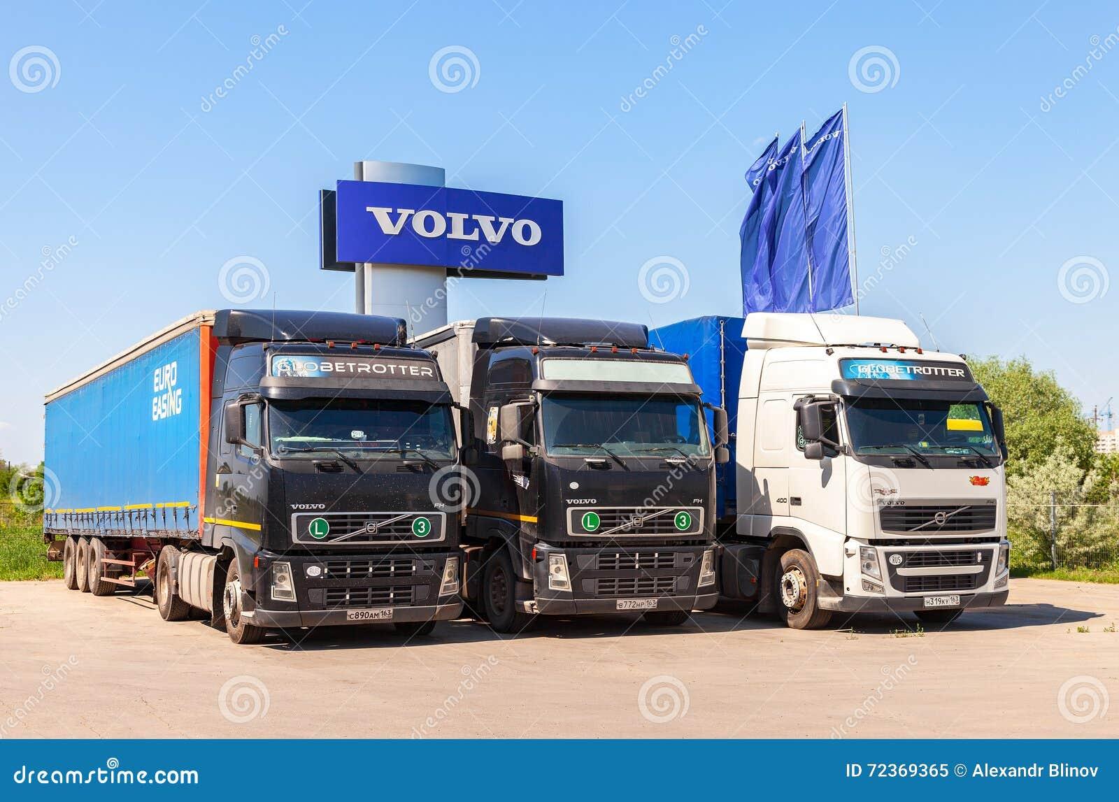 富豪集团卡车停放了在服务站在夏日