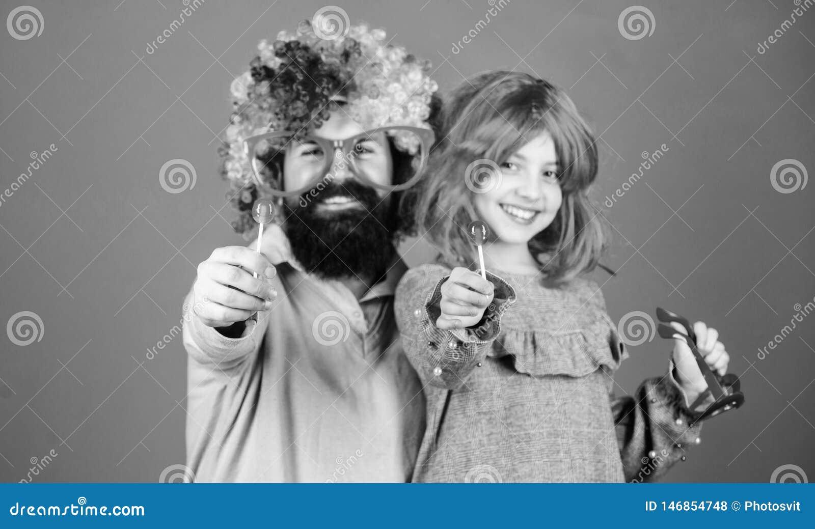 对乐趣爸爸的进贡 容易的单一方式是乐趣嬉戏的父母 多么疯狂的是您的父亲 人有胡子的父亲和女孩穿戴