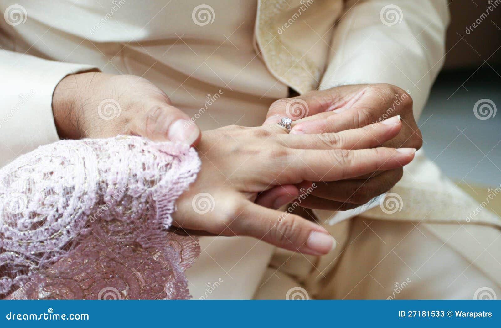 对人的妇女佩带的环形婚礼的