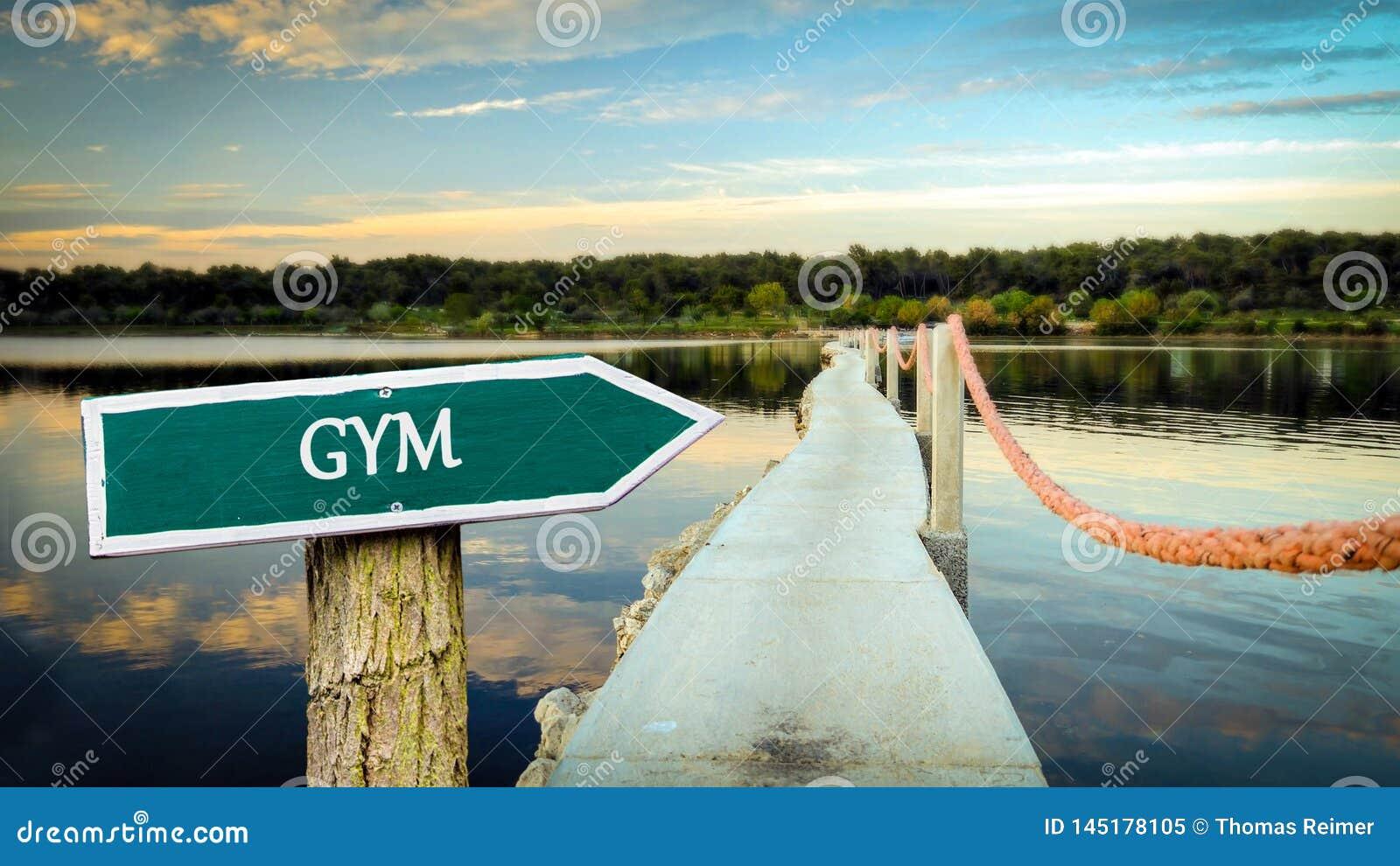 对健身房的路牌