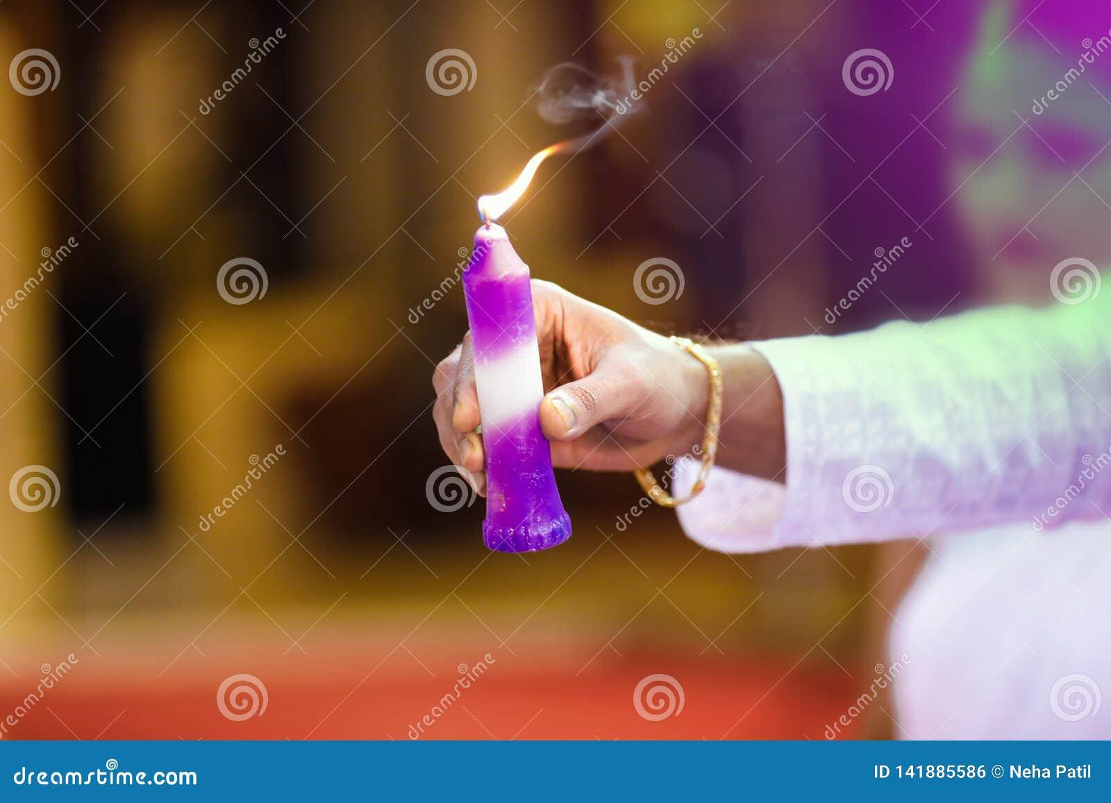 在手中蜡烛