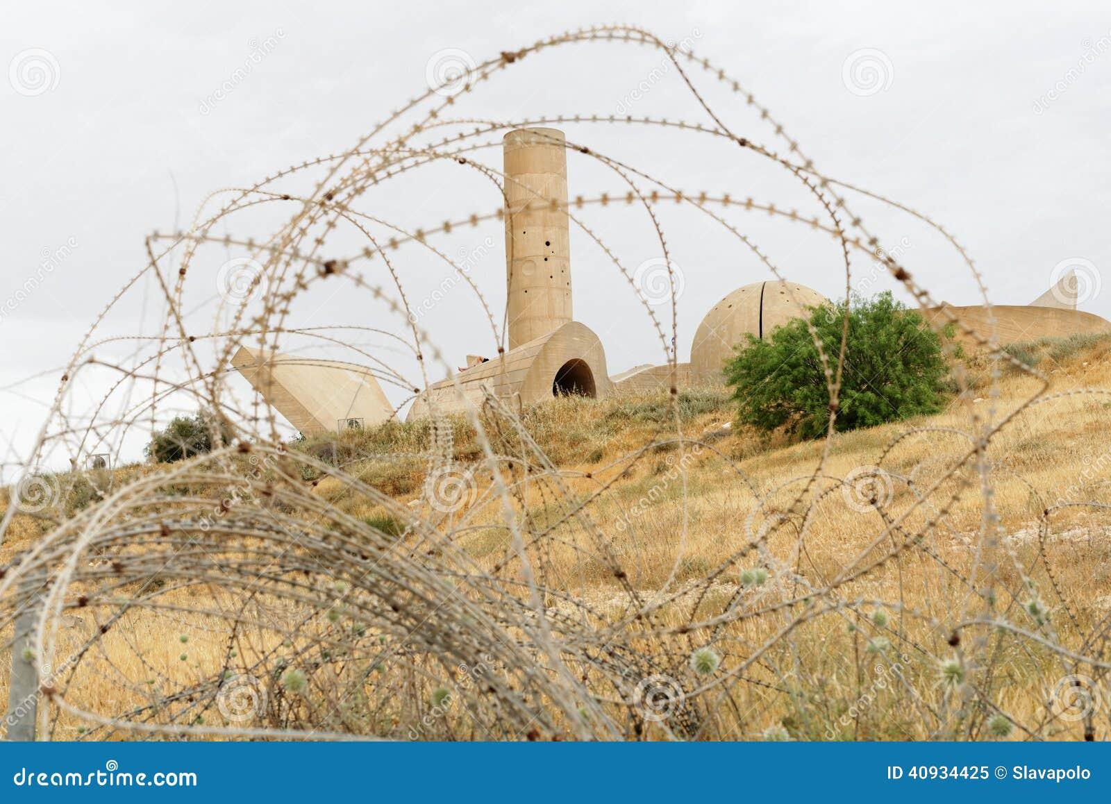 对内盖夫旅团的纪念碑在啤酒舍瓦,以色列,进行下去铁丝网
