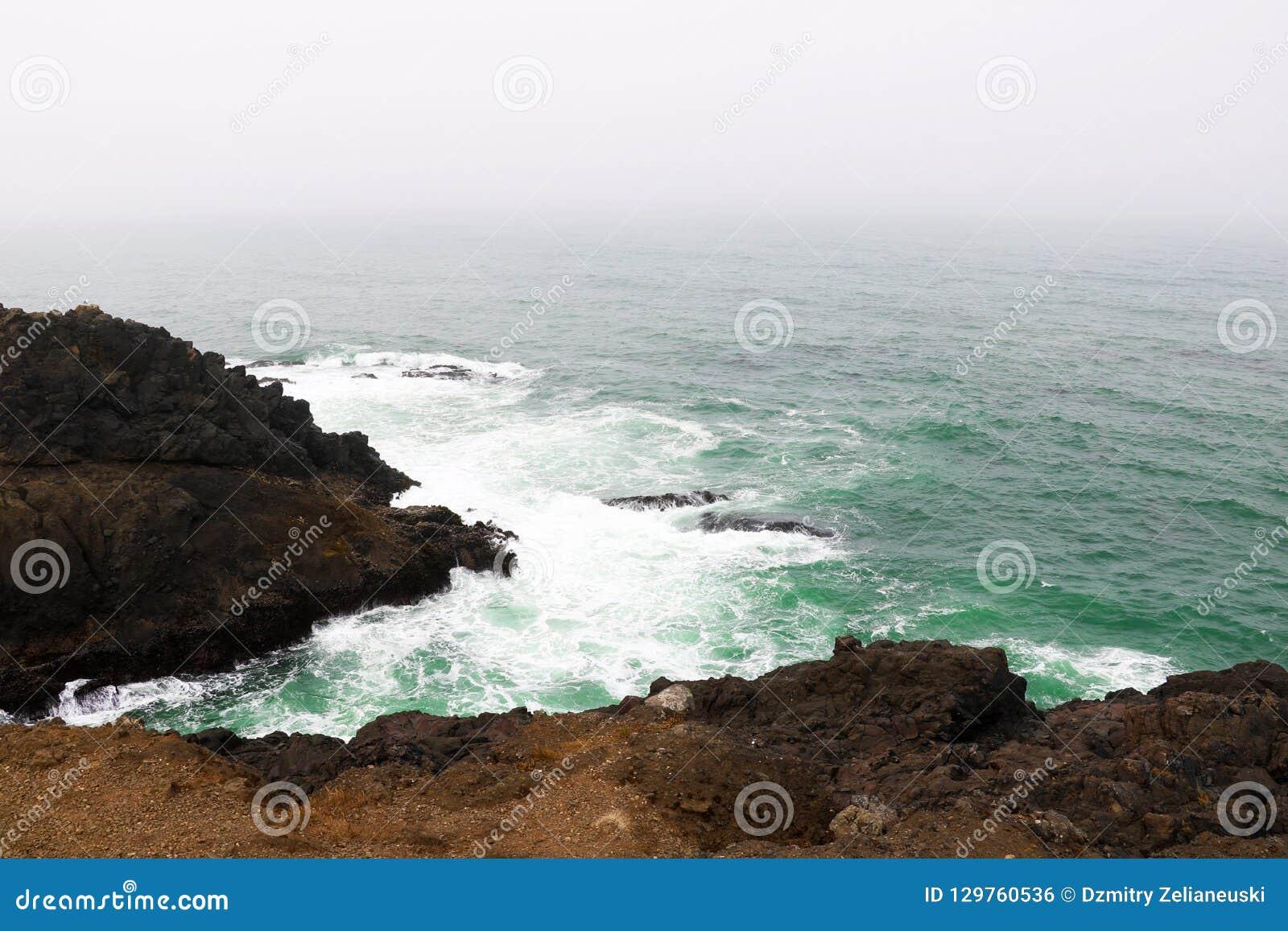 对加利福尼亚北部岩石海岸的和平的磅