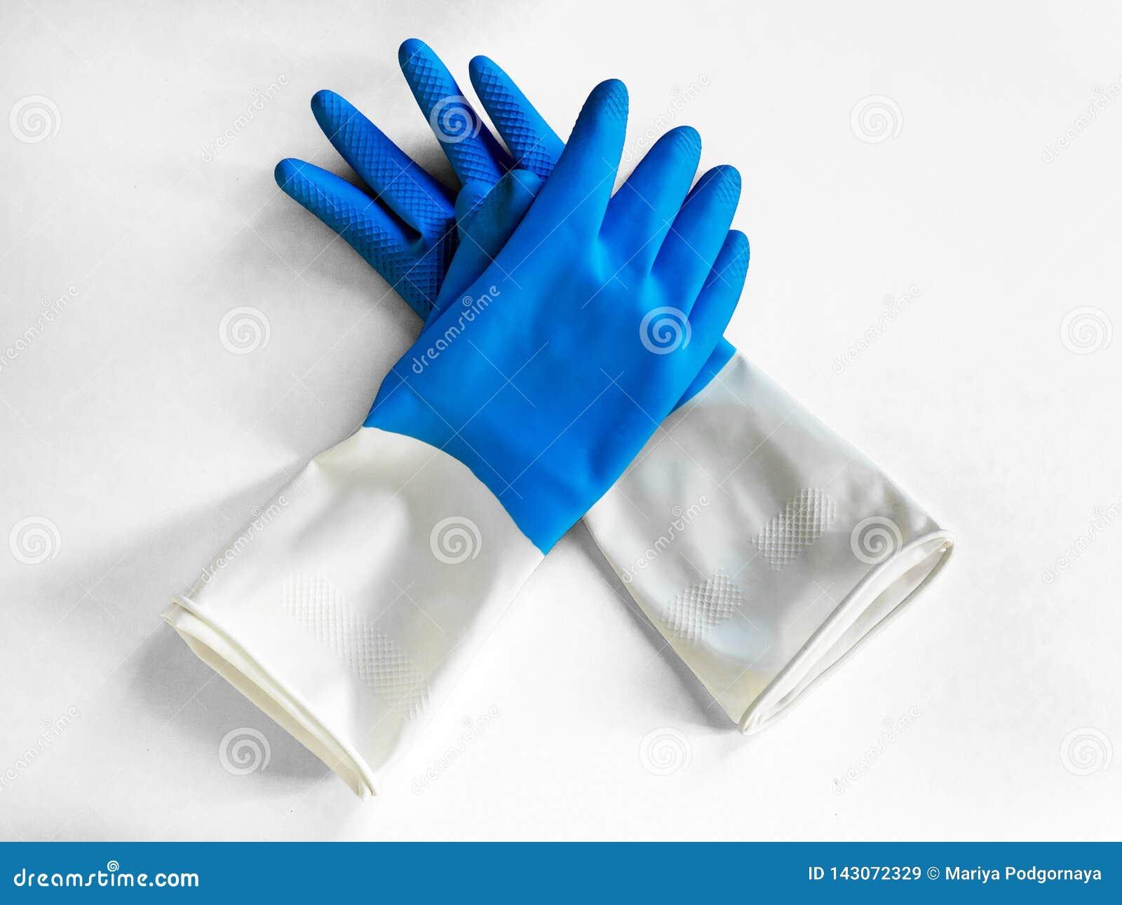 对在白色背景隔绝的腈蓝色手套 特写镜头顶视图 家事概念 一般或规则清洁