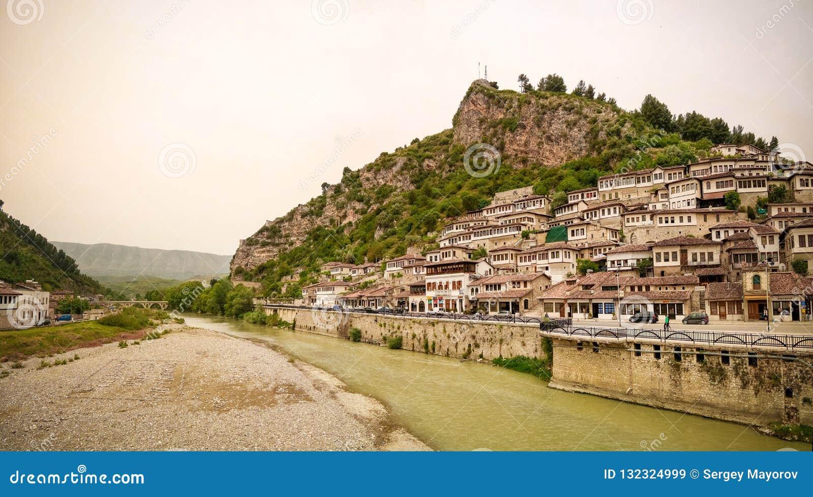 对培拉特老镇和Kisha e沈Mehillit圣迈克尔教会,培拉特,阿尔巴尼亚的亦称全景