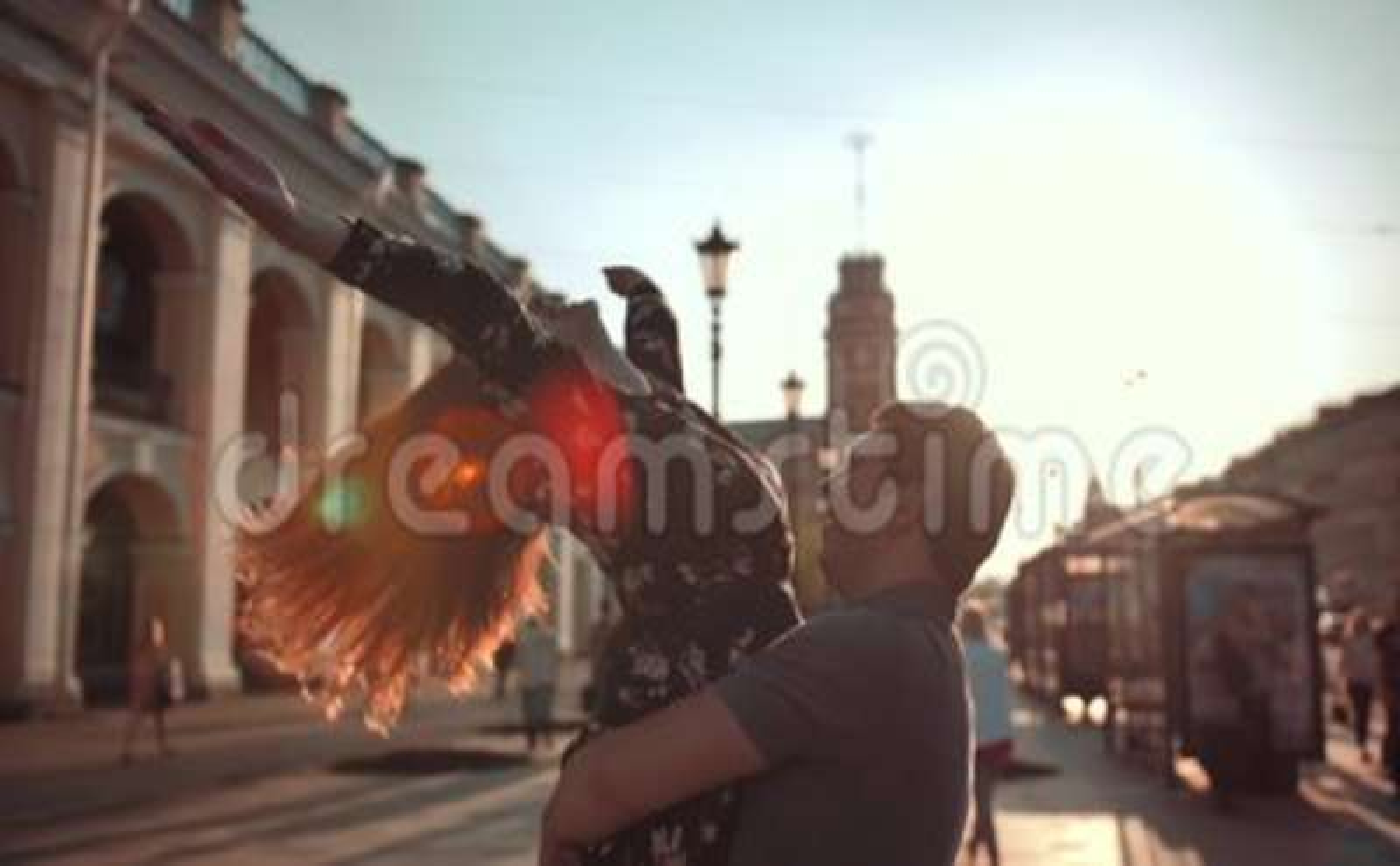对她的男朋友和转动和跳舞的女性跃迁 股票录像