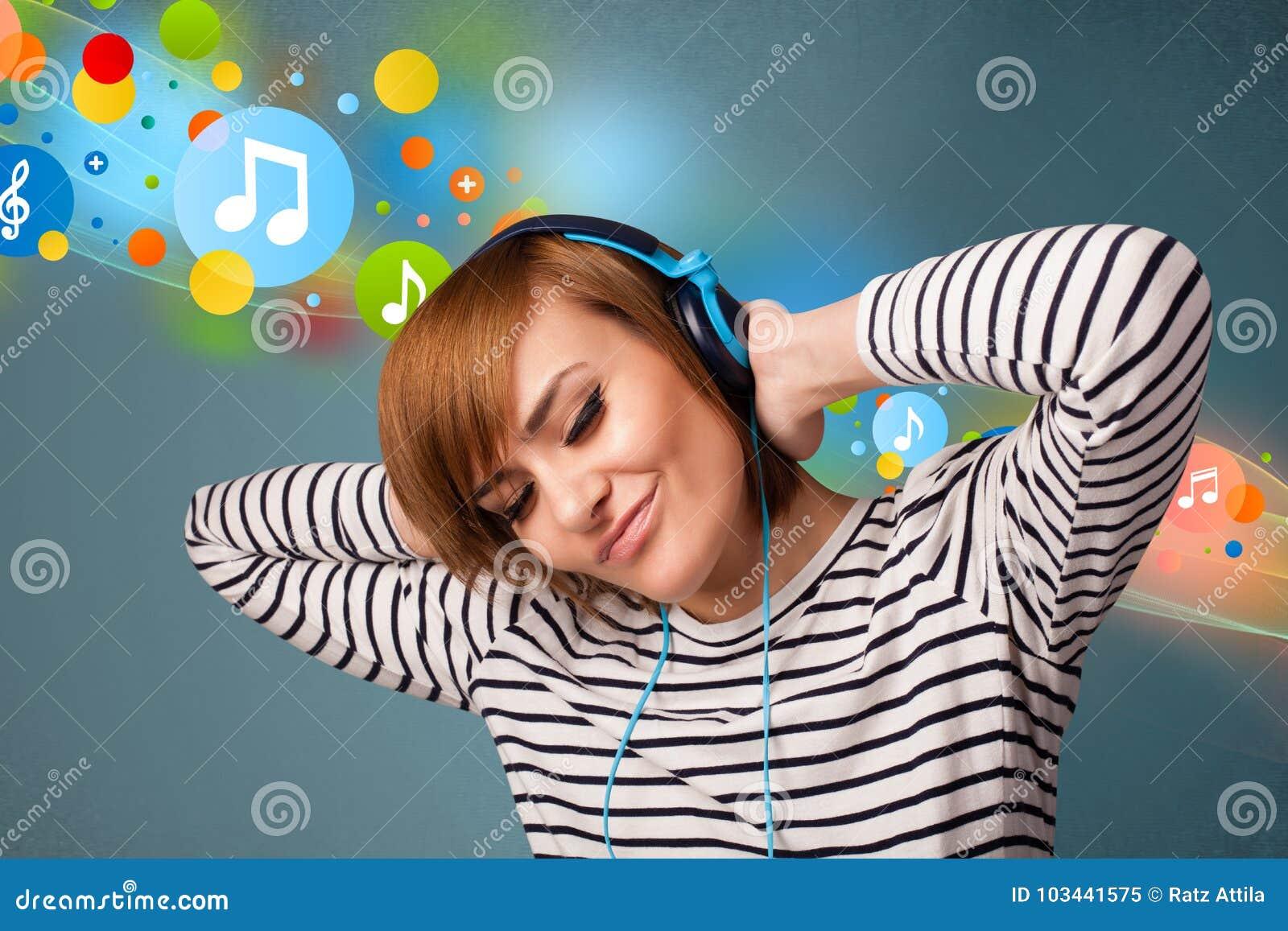 对妇女年轻人的耳机听的音乐