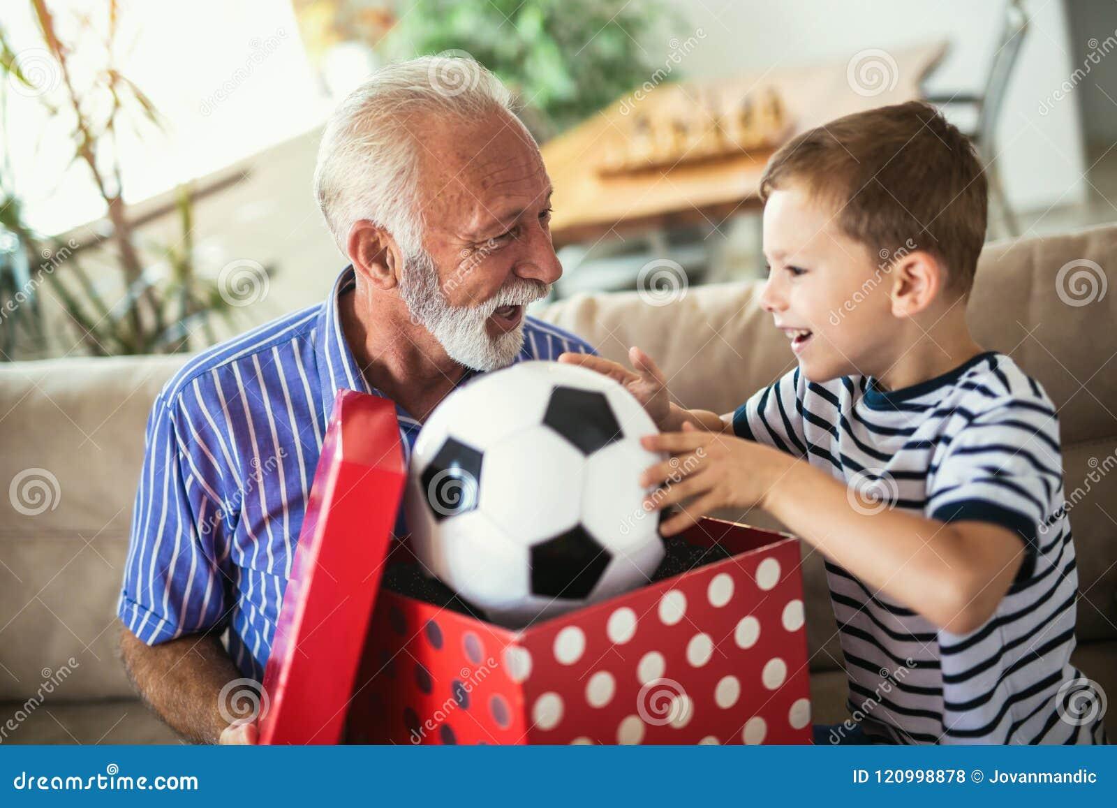 对孙子的英俊的资深祖父提出的礼物