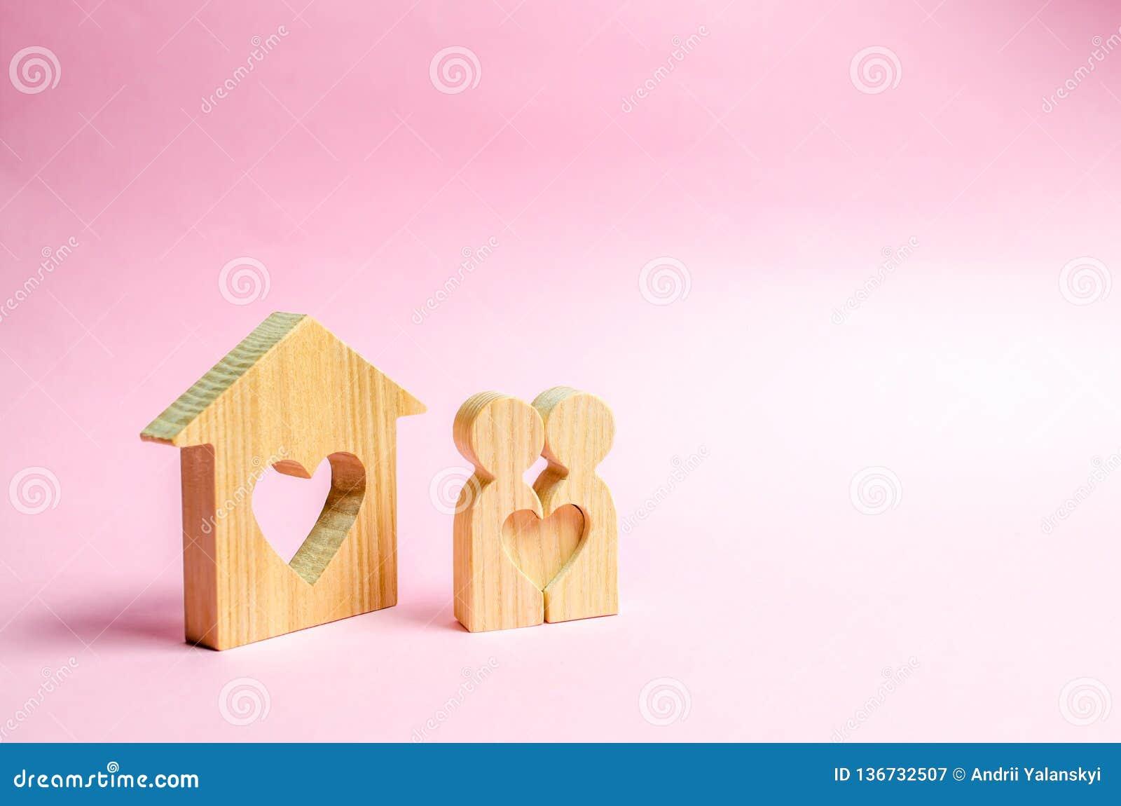 对恋人在人附近在家站立有心脏的 在新的家附近的愉快的家庭 发现恋爱地方的概念