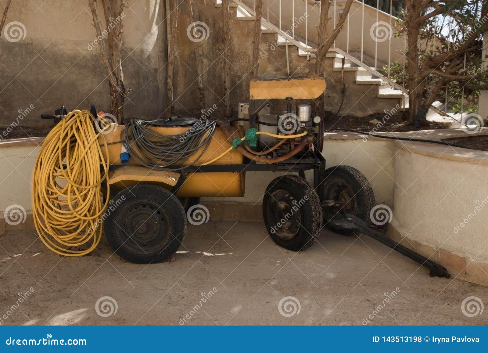 对拖拉机的拖车在有一台农业喷雾器的轮子