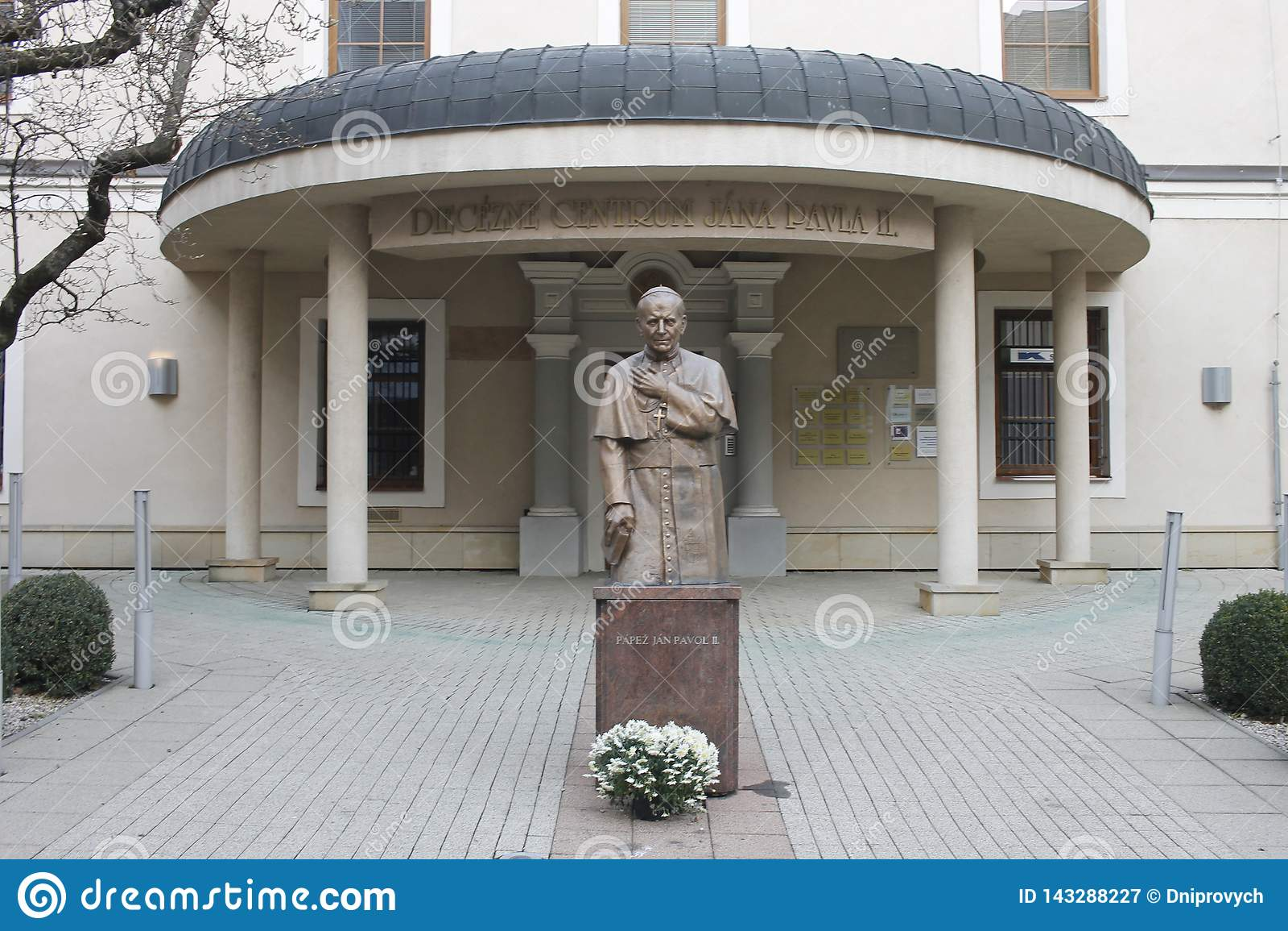 对教皇约翰・保罗二世的纪念碑大约2000在大教堂教会附近