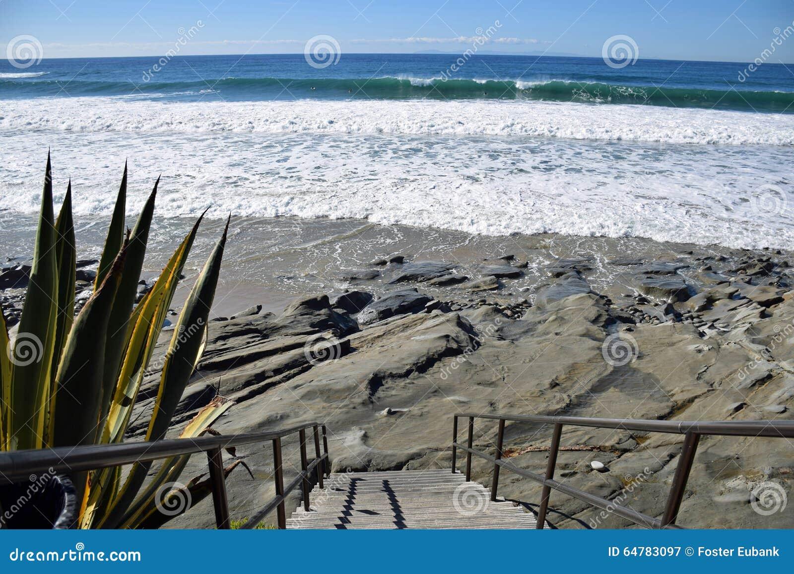 对橡木街道海滩的楼梯在拉古纳海滩,加利福尼亚
