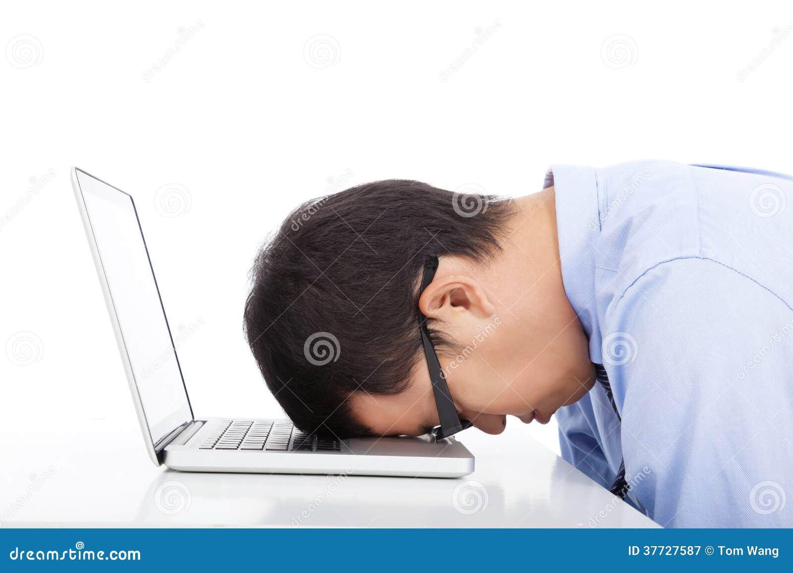 对睡着的年轻太商人劳累过度