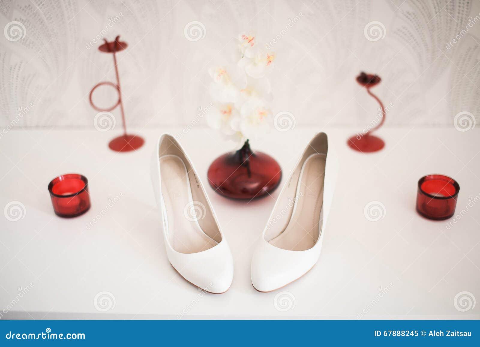 对米黄在白色隔绝的妇女的高跟鞋