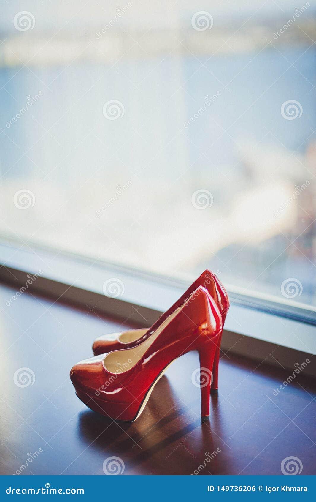 对红色鞋子