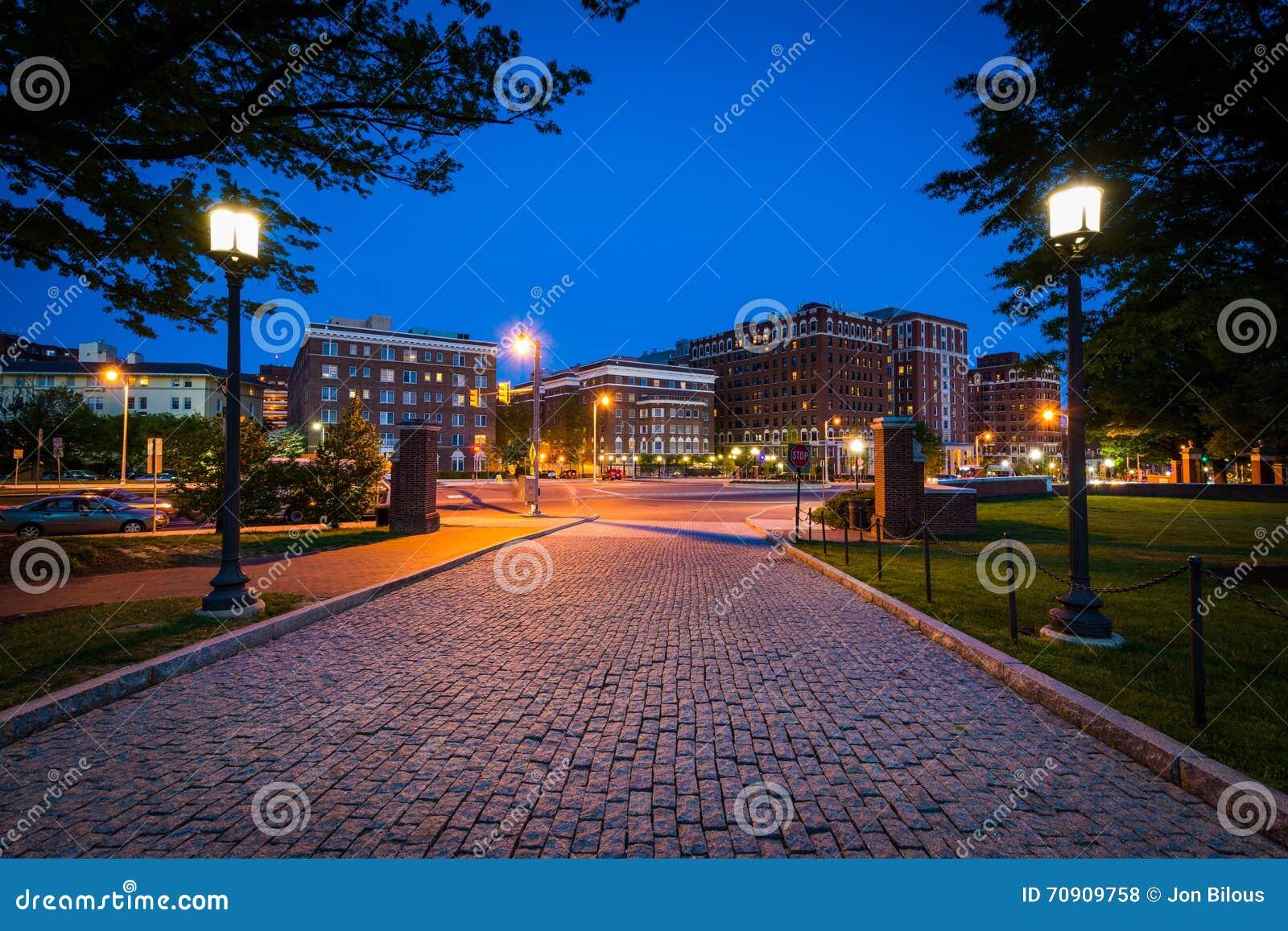 对约翰霍普金斯大学的鹅卵石车道在晚上, i