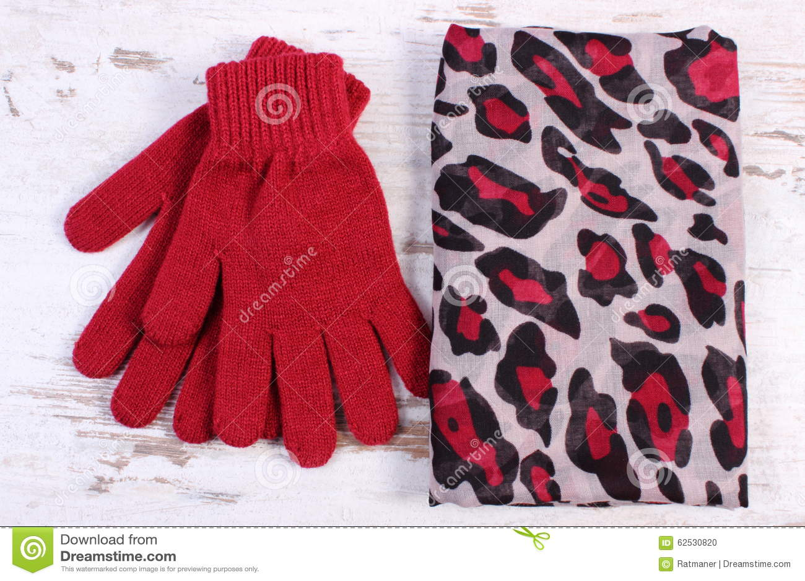 对羊毛手套和披肩妇女的老木背景的