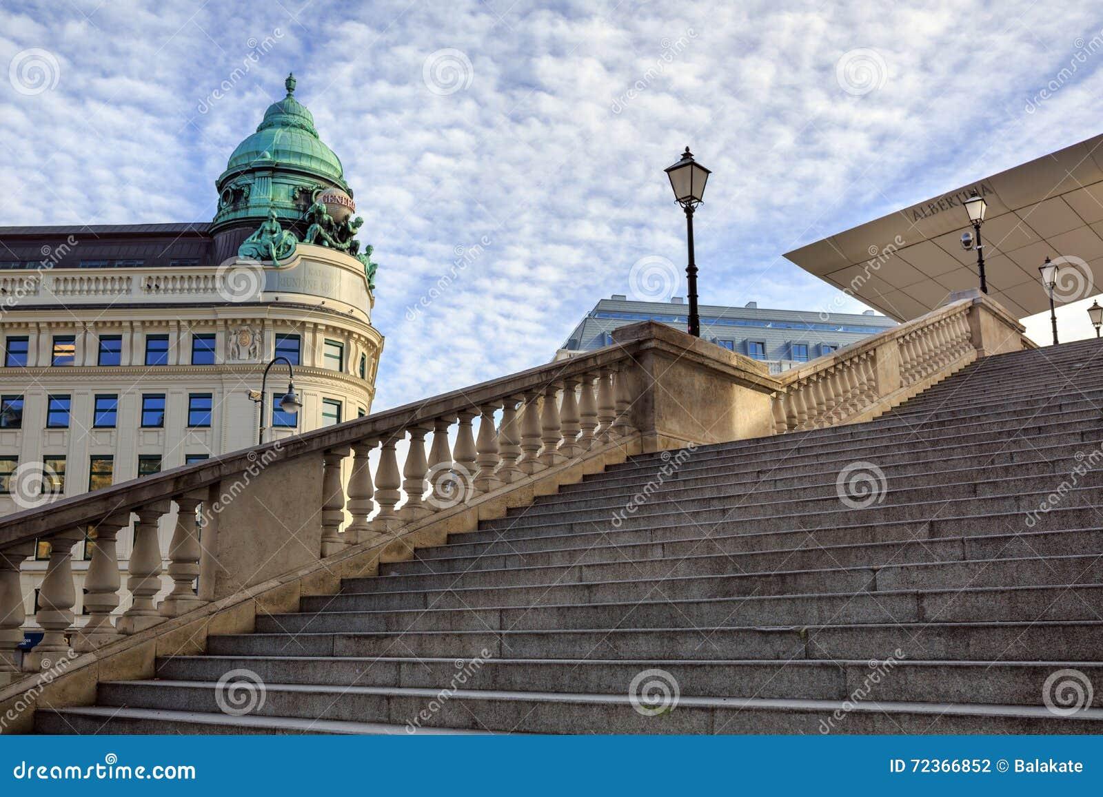 对老美术画廊阿尔贝蒂娜博物馆的入口台阶(建立1805) 奥地利维也纳