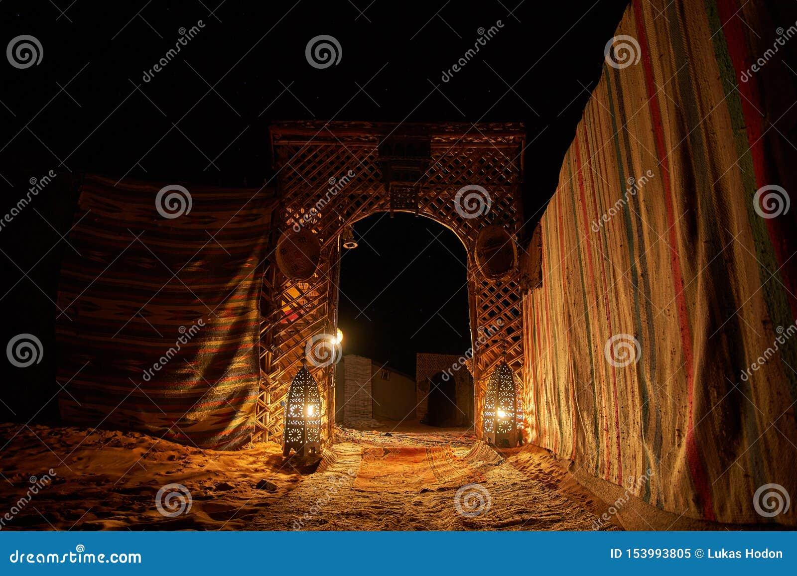 对蜡烛光点燃的沙漠露营地的入口