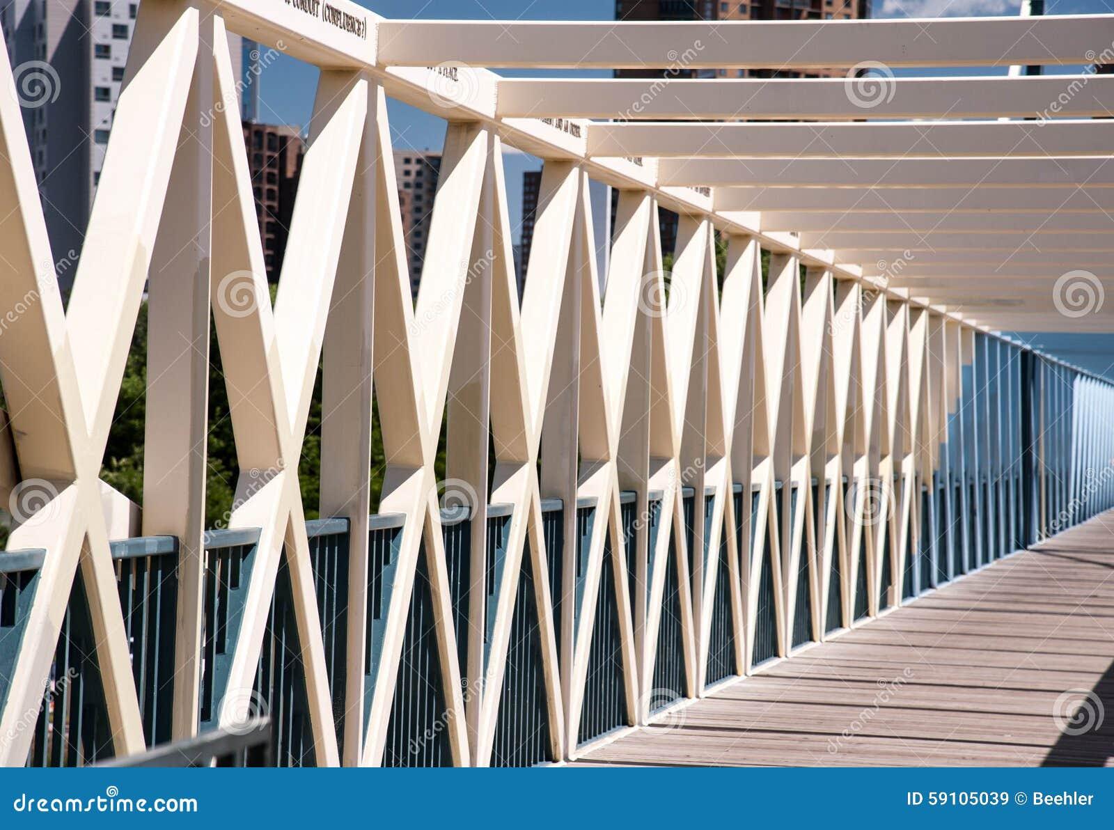 对角地被捆绑的步行桥