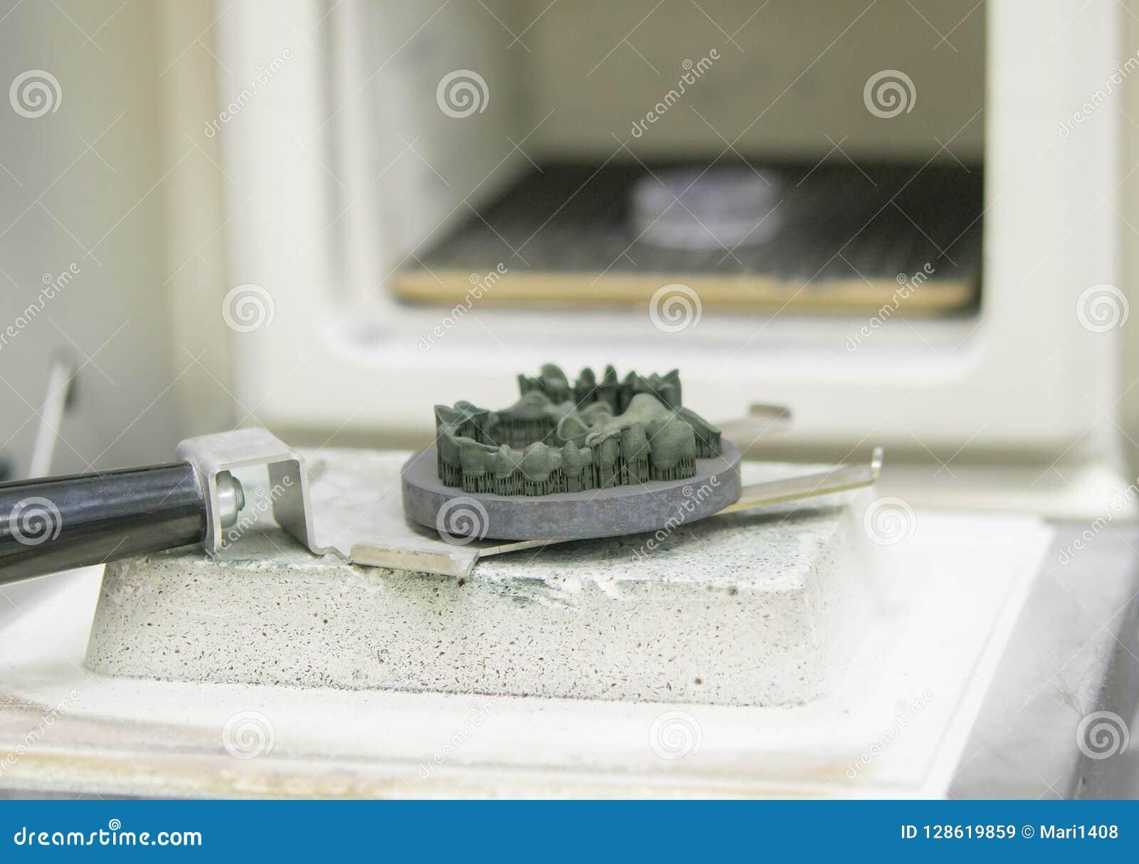 对象在金属3d打印机打印了在焊接的窑附近在热治疗synterization特写镜头以后
