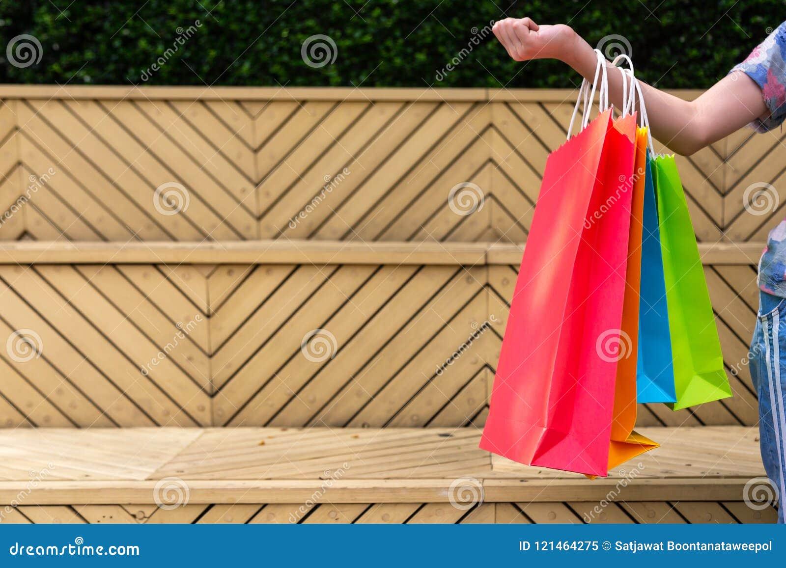 对购物负的女孩特写镜头五颜六色购物袋