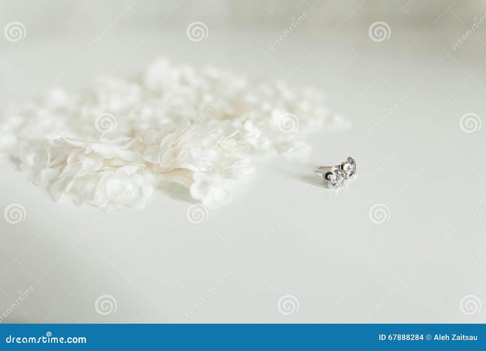 对金刚石耳环,隔绝在白色