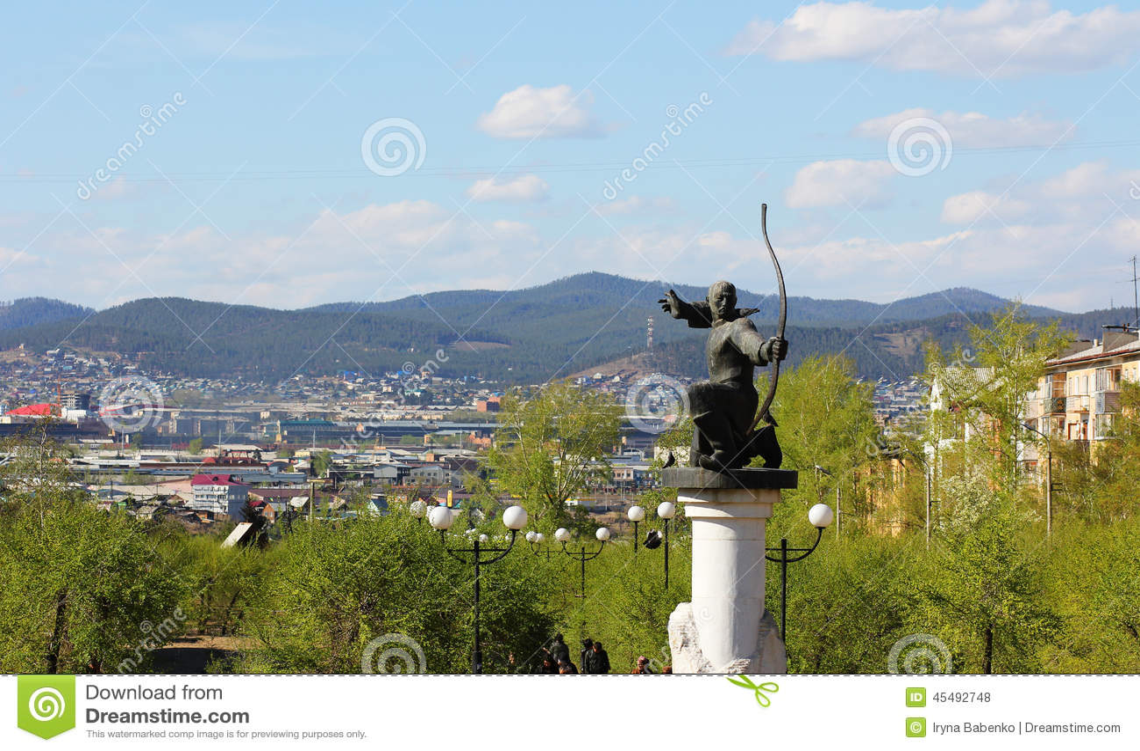 对阿切尔的纪念碑在山背景