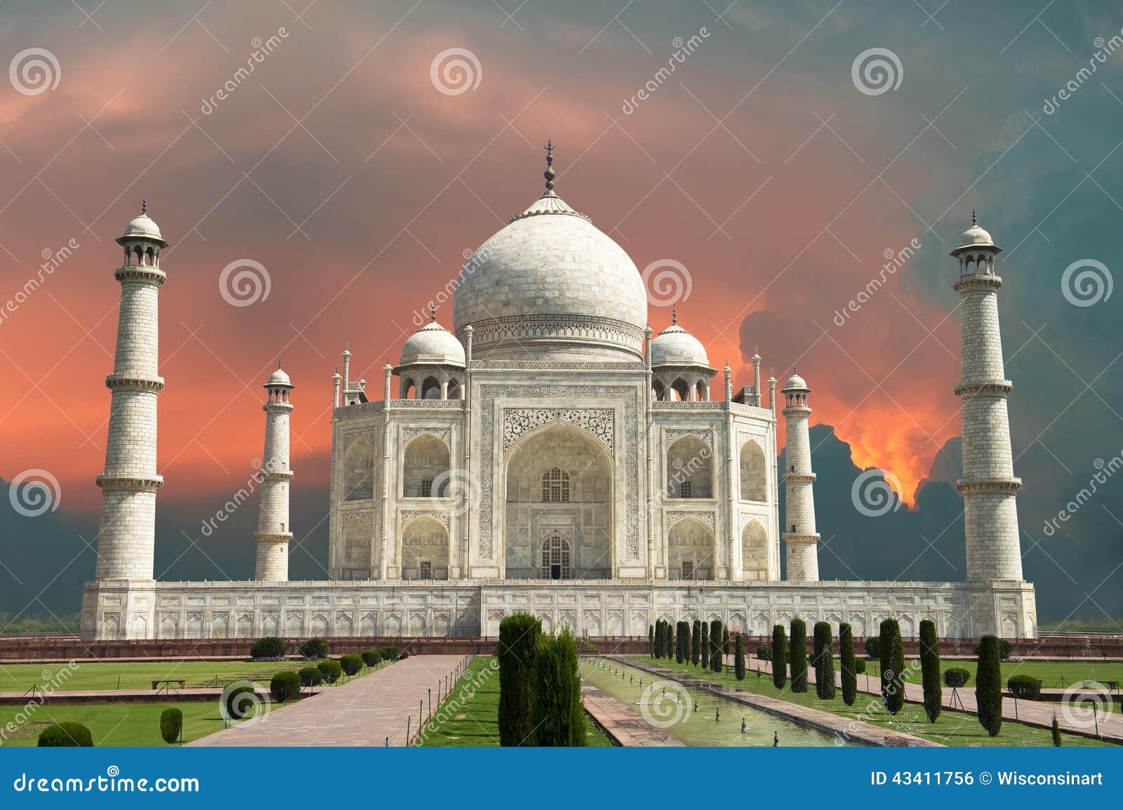 对阿格拉、印度、泰姬陵和红色风雨如磐的天空的旅行