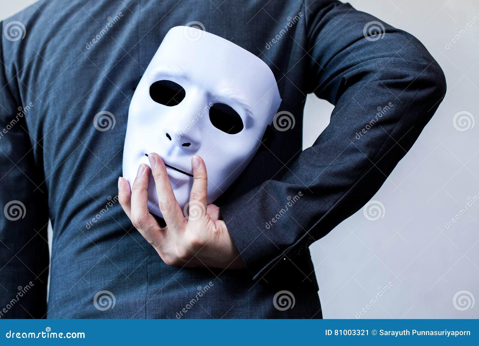 对他的表明企业欺骗和伪造企业合作的身体的商人运载的白色面具