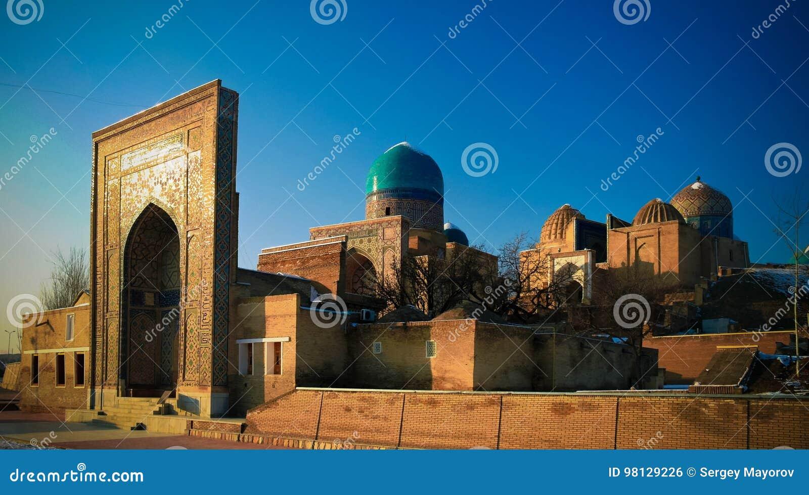 对Shah-i-Zinda大墓地的外视图在撒马而罕, Usbekistan