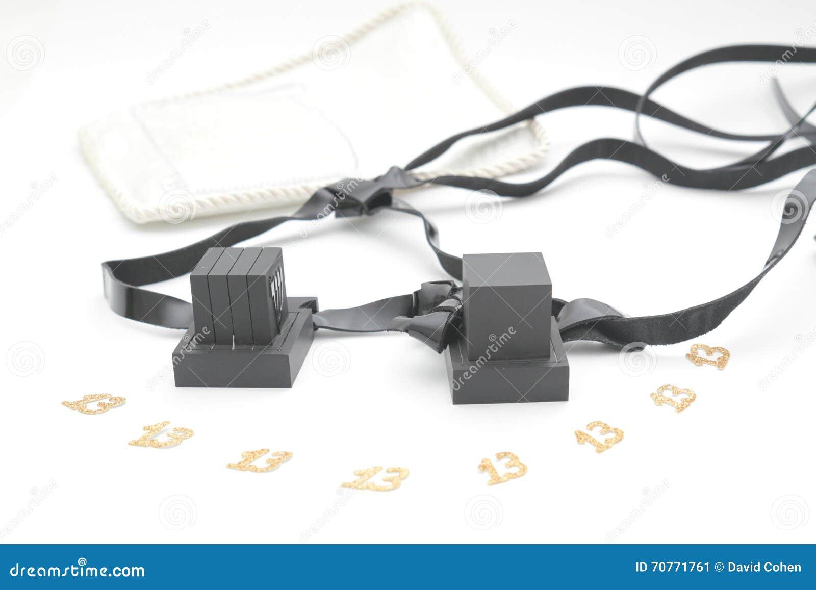 对tefilin和犹太人民的Tallit A标志,一个对与黑皮带的tefillin,隔绝在白色背景, wi