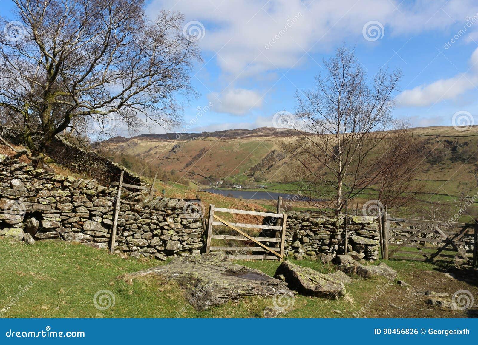 对Watendlath、门和石块墙的小径