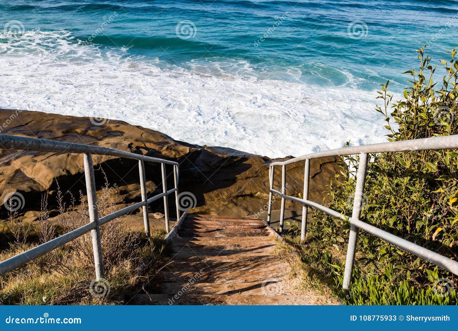 对Windansea海滩的金属楼梯